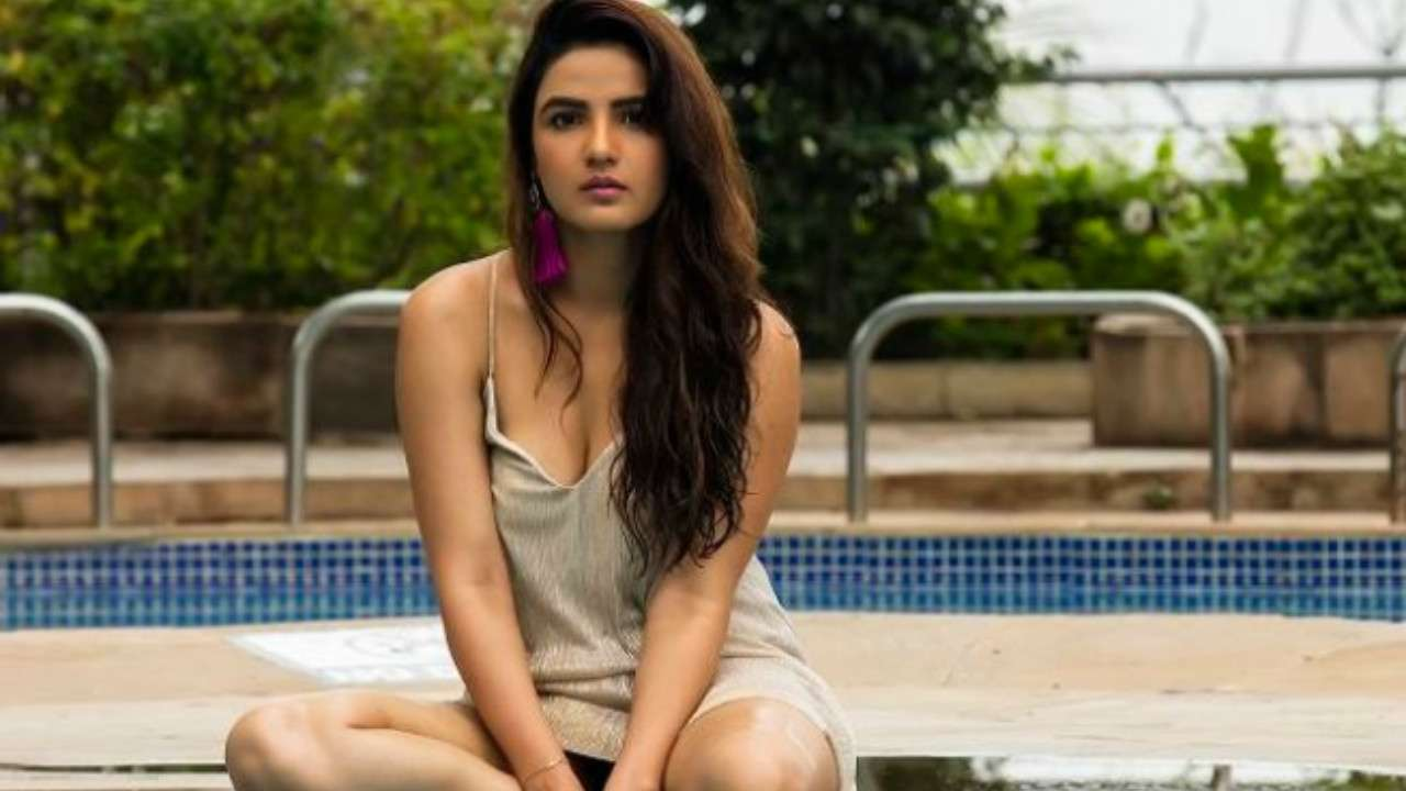 Jasmine Bhasin shattered in backless hat, see photos